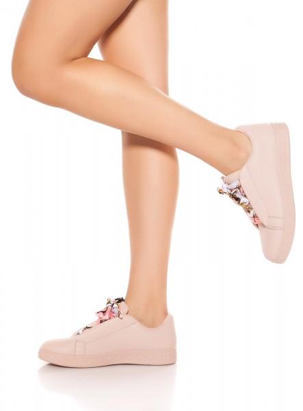 Trendy Sneakers mit Zierband